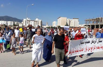 مسيرة احتجاجية جابت شوارع الحي احتجاجا على انبعاثات الروائح الكريهة المتاتية من مصانع الدجاج -التيماء