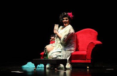 """نجوى ميلاد تنتقد بعض السلوكيات الاجتماعية بأسلوبها الساخر في مسرحية """"للرجال بركة""""-التيماء"""